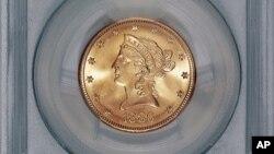 Una de las monedas de oro encontradas en California con valor nominal de $10 y acuñada en 1886.