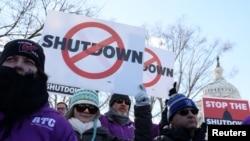 Những kiểm soát viên không lưu liên bang biểu tình phản đối tình trạng chính phủ đóng cửa một phần tại Điện Capitol ở Washington, ngày 10 tháng 1, 2019.
