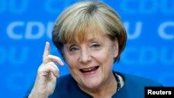 Thủ tướng Angela Merkel hứa sẽ cùng nhân dân Đức làm hết sức mình trong 4 năm tới, để những năm ấy sẽ là những năm thành công cho nước Đức.