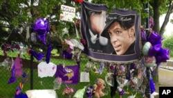 Những đồ vật được người hâm mộ để lại cho ca sĩ Prince được treo trên hàng rào bên ngoài công viên Paisley, Chanhassen, Minnesota, ngày 11 tháng 5 năm 2016.