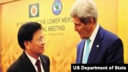 ຮອງນາຍົກລັດຖະມົນຕີແລະລັດຖະມົນຕີການຕ່າງປະເທດ ສປປ ລາວ ທ່ານ ທອງລຸນ ສີສຸລິດ ພົບປະກັບລັດຖະມົນຕີ ການຕ່າງປະເທດສະຫະລັດ ທ່ານ John Kerry ທີ່ນະຄອນ ຫລວງເນປີຕໍ. (photo courtesy of US Embassy in Vientiane, Laos)