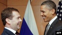 Tổng thống Hoa Kỳ Barack Obama (phải) và Tổng thống Nga Dmitry Medvedev