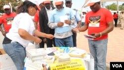 Director provincial de Saude Kwanza Sul Abreu Undongo (à direita) no inicio da campanha de vacinação contra o sarampo