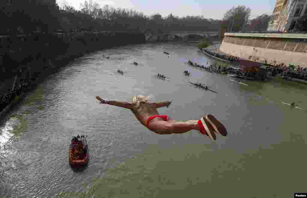 Италия. Традиционные прыжки в реку Тибр в Риме
