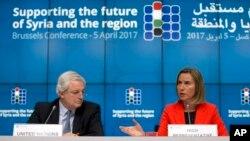 مسئول سیاست خارجی اتحادیه اروپا (راست) و هماهنگ کننده امور بشردوستانه سازمان ملل متحد در نشست بین المللی سوریه در بروکسل - ۱۶ فروردین ۱۳۹۶