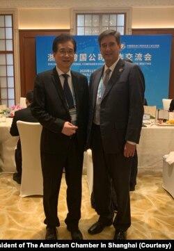 美国商会上海分会会长季恺文(右)出席第三届中国国际进口博览会,与参展的美商代表合影。(美国商会上海分会会长季恺文提供)