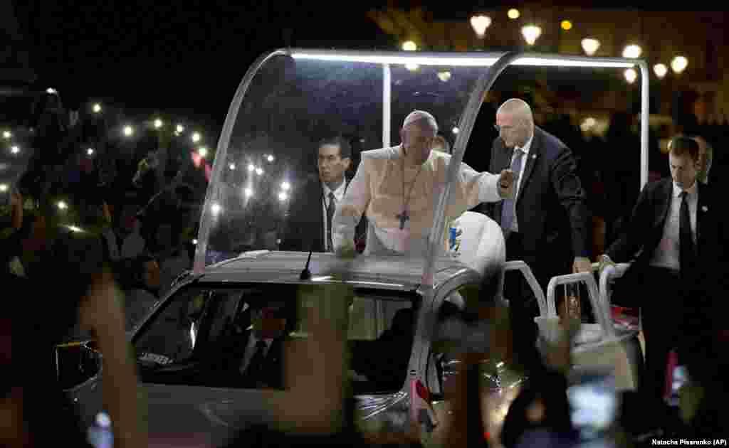 Papa Francisco no Papa Móvel na visita ao Paraguai