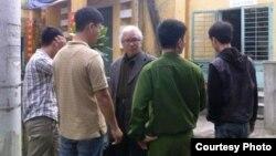 Ông Lê Công Cầu (giữa) bị Công an sắc phục và thường phục bao vây không cho vào Chùa Giác Minh ở Đà Nẵng. (Ảnh chụp năm 2012)