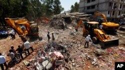 Tòa nhà đang xây bất hợp pháp trong khu ngoại ô của thành phố Mumbai, Ấn Độ bị sụp đổ 5/4/13