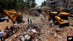 Ekipe raščišćavaju ruševine višespratnice u Mumbaju