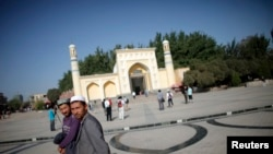 走在新疆喀什一座清真寺外的维吾尔族男子。(资料照片)