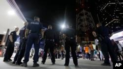 미국 댈러스의 시위에서 벌어진 시위 도중 경찰관 5명이 총에 맞아 숨진 사건이 발생한 가운데, 8이 새벽 경찰관들이 현장 주변에 모여있다.