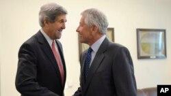 Ngoại trưởng Hoa Kỳ John Kerry (left) và Bộ trưởng Quốc phòng Hoa Kỳ Chuck Hagel trong một cuộc họp tại Bộ Quốc phòng ở Washington