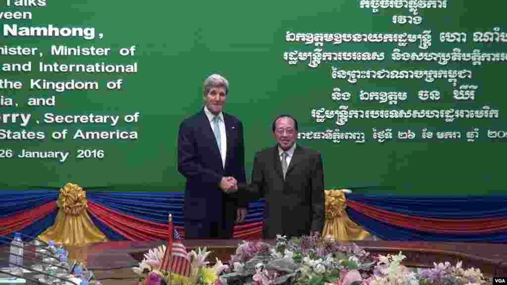 លោក John Kerry រដ្ឋមន្ត្រីការបរទេសសហរដ្ឋអាមេរិក ត្រូវបានទទួលស្វាគមន៍ដោយលោក ហោ ណាំហុង រដ្ឋមន្ត្រីការបរទេសកម្ពុជា នៅមុនកិច្ចប្រជុំទ្វេភាគីនៅក្រសួងការបរទេសកម្ពុជានៅរាជធានីភ្នំពេញកាលពីថ្ងៃអង្គារទី២៦ ខែមករា ឆ្នាំ២០១៦។