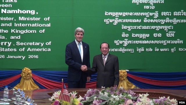 FILE - U.S. Secretary of State John Kerry addresses Cambodian Foreign Minister and Deputy Prime Minister Hor Namhong at the outset of a bilateral meeting at the Ministry of Foreign Affairs in Phnom Penh, Cambodia, Jan. 26, 2016. (Neou Vannarin/VOA Khmer)