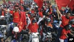 Ribuan pekerja pabrik di Cikarang, Jawa Barat ikut berpartisipasi dalam aksi mogok buruh nasional untuk menuntut kenaikan upah dan penghapusan outsourcing hari Rabu (3/10).