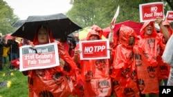 美国民众在首都华盛顿国会山集会反对TPP, 呼吁公平贸易 (资料照片)
