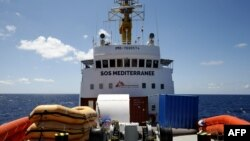 Le pont et le pont du navire de sauvetage Aquarius en pleine mer, à environ 46 km au sud de Lampedusa, le 26 juin 2018.