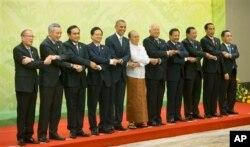 美国总统奥巴马和东盟国家领导人在美国-东盟会议上,左起第二人为李显龙(2014年11月13日)