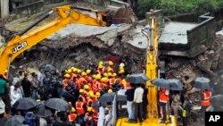 21일 인도 뭄바이시의 외곽에서 발생한 건물 붕괴 현장에서 구조작업을 진행중이다.
