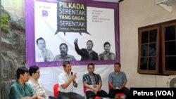 """Diskusi AJI Surabaya membahas """"Pilkada Serentak Yang Gagal Serentak"""", Sabtu 15 Agustus (Foto: VOA/Petrus)"""