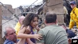 一名小学生被人从学校废墟中救出