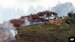 El incendio que se dirige al Pacífico obligó a la evacuación de al menos 100 personas. El miércoles los bomberos continúan con las labores para controlar las llamas.