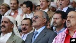 عبدالله صالح رئیس جمهور یمن در میان جمعی از طرفدارانش