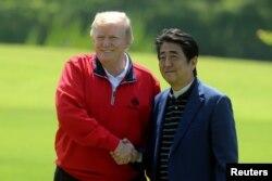 El primer ministro de Japón, Shinzo Abe, saluda al presidente de EE.UU. Donald Trump a su llegada al Mobara Country Club, en Mobara, prefectura de Chiba, en Japón. Mayo 26 de 2019.