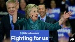 ຜູ້ສະໝັກລົງແຂ່ງຂັນ ເອົາຕຳແໜ່ງປະທານາທິບໍດີ ສັງກັດພັກເດໂມແຄຣັດ ທ່ານນາງ Hillary Clinton ກ່າວຖະແຫລງ ໃນລະຫວ່າງ ການໂຮມຊຸມນຸມ ໂຄສະນາຫາສຽງ ທີ່ນະຄອນ Seattle ຂອງລັດ Washington, ວັນທີ 22 ມີນາ 2016.