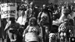 შშმ პირთა საპროტესტო მსვლელობა, ვაშინგტონი. 1960 იანი წლები.