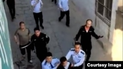 推特上關於陝西米脂縣有人持刀殺人事件的圖片似乎顯示警察押解兇嫌(2018年4月27日)