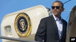 美国总统奥巴马在洛杉矶国际机场登上空军一号,前往加州参加东南亚国家联盟(东盟)的10国领导人在加利福尼亚州举行的历史性峰会(2016年2月12日)