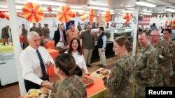 Майк Пенс и его супруга Карен участвуют в праздничном ужине в честь Дня благодарения на авиабазе Аль-Асад в Ираке