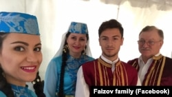 Фото: родина кримських татар в Нью-Йорку