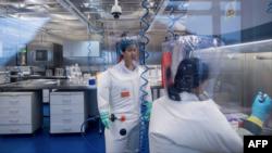 武漢病毒研究所的病毒學家石正麗(左)在該所的P4實驗室內。