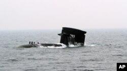 台湾海军的潜水艇在高雄的军事演习中浮出水面(2013年1月22日)