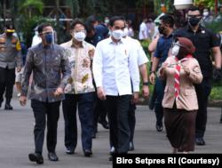 Presiden Jokowi saat acara vaksinasi kepada satu tenaga pendidik yang bertempat di SMAN 70 Jakarta. (Foto: Courtesy/Biro Setpres)