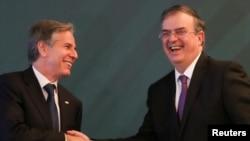 El secretario de Estado de EE. UU., Antony Blinken (izq.), y el canciller de México, Marcelo Ebrard, se saludan tras la culminación de un encuentro bilateral de alto nivel en la capital mexicana, el 8 de octubre de 2021.