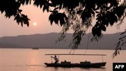 杭州西湖夕照一景 (档案照片)