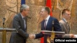 Generalni direktor Direktorata za proširenje EU Kristijan Danijelson i potpredsednik Vlade Crne Gore Igor Lukšić rukuju se na konferenciji za novinare u Podgorici (Autor: Biro)