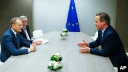 Presiden Dewan Eropa Donald Tusk (kiri) dan Presiden Komisi Eropa Jean-Claude Juncker, berbicara dengan PM Inggris David Cameron (kanan) pada KTT pemimpin Uni Eropa di Brussels, 19 Februari lalu.