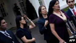 그레이스 조 씨(왼쪽 2번째) 등 7일 공산주의 희생자 기념일을 맞아 도널드 트럼프 대통령의 백악관 초청을 받은 참석자들이 행사를 마친 후 취재진의 질문에 답하고 있다.