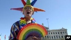 Un activista a favor de los matrimonios entre personas del mismo sexo celebra la decisión de la Cámara de Diputados frente al edificio del parlamento en Montevideo.