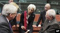 图为欧元区部分领导人10月21日在布鲁塞尔财政部长会议开始时与国际货币基金组织总裁拉加德(中)进行交谈。
