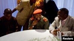Dalam foto tertanggal 16/1/2009 ini, Bosco Ntaganda, duduk di tengah, mengadakan jumpa pers dengan Menteri Dalanm Negeri Kongo, Celestine Mboyo (kanan) di Goma, Kongo.