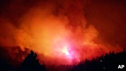 Foto del 7 de junio de 2018, provista por Inciweb, muestra un incendio forestal cerca de Durango, Colorado, donde las autoridades ordenaron la evacuación de cientos de viviendas para permitir que los bomberos ataques un flanco del fuego.