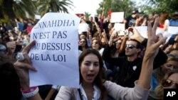 ຜູ້ປະທ້ວງຄົນນຶ່ງ ເຍີງປ້າຍຄຳຂວັນຕໍ່ຕ້ານຂະບວນການອິສລາມ Ennahda ຢູ່ທີ່ນະຄອນຫຼວງຕູນີສ (28 ຕຸລາ 2011)