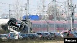 Kereta penumpang berkecepatan tinggi dari Milan menuju Bologna, tergelincir di dekat Lodi, Italia, menewaskan dua orang, 6 Februari 2020.