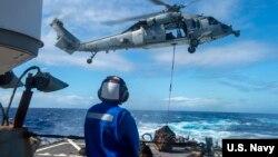 美国海军2019年12月31日在菲律宾海展开训练(美国海军照片)